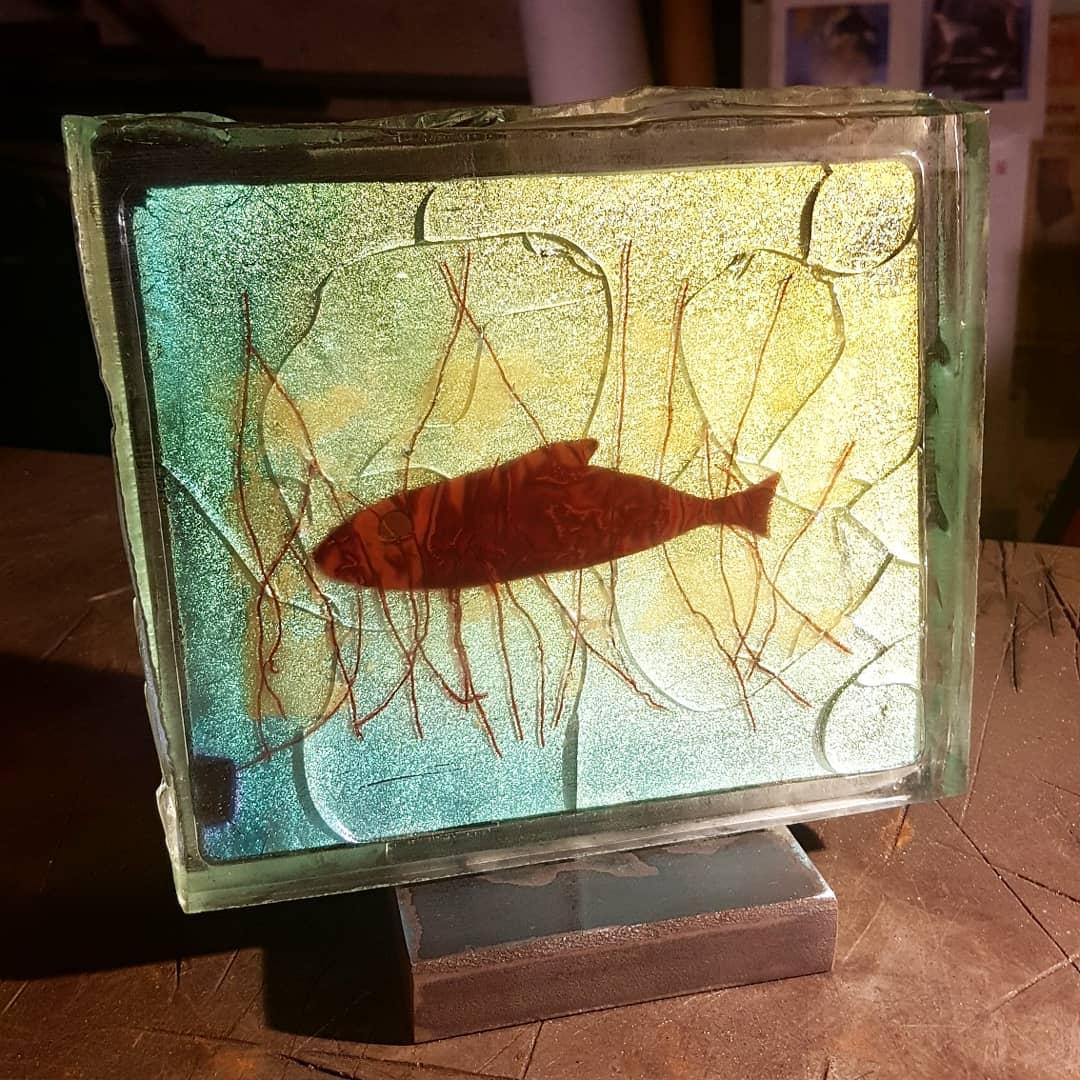 Ce poisson. Or, cuivre et verre dichroïque.